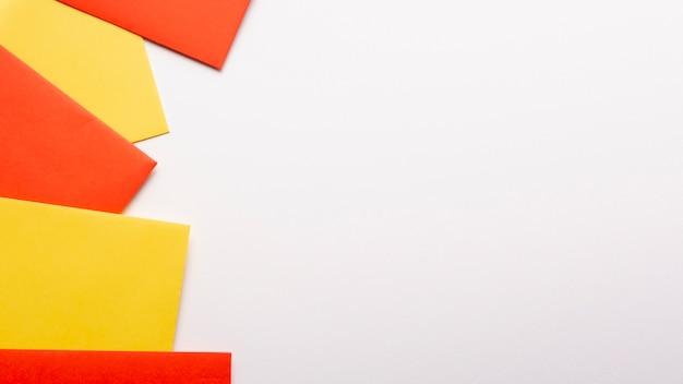 Feuilles de papier orange et jaune avec espace de copie