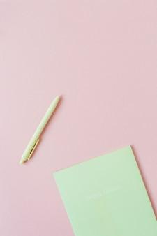 Feuilles de papier vierges avec espace copie vide pour le texte, stylo sur rose