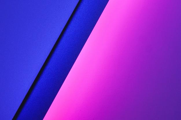 Feuilles de papier vierges roulées dans un éclairage violet néon bouchent