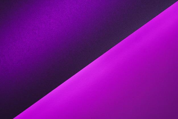 Feuilles de papier vierges roulées dans un éclairage violet néon