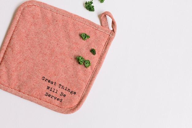 Feuilles de persil frais sur napperon avec message sur fond blanc