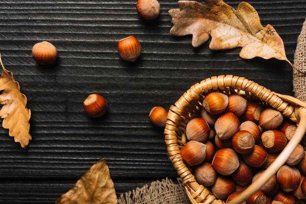 Feuilles près du panier avec des noix