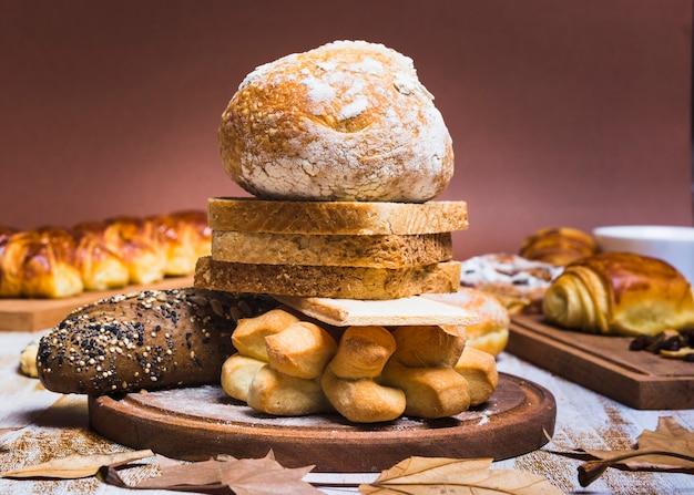 Feuilles près des petits pains et de la tour à pain
