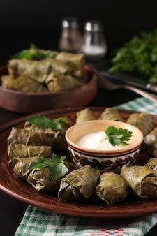 Feuilles de raisin farcies cuisine méditerranéenne traditionnelle et sauce à l'ail