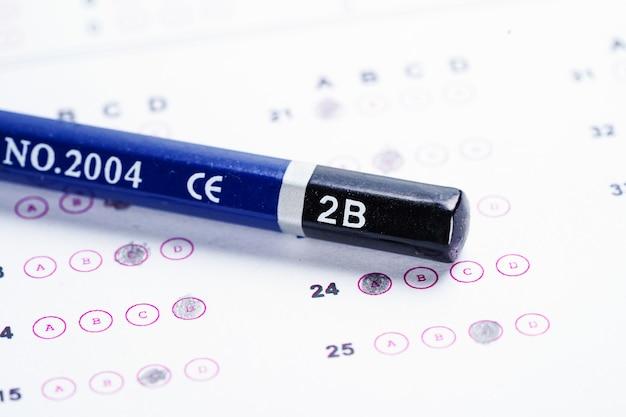 Feuilles-réponses avec un crayon: concept d'éducation