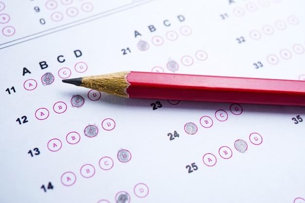 Feuilles-réponses avec remplissage au crayon pour faire votre choix: concept d'éducation