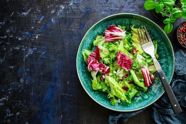 Feuilles de salade saine mélanger les légumes