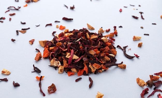 Feuilles de thé aux fruits isolés sur espace blanc