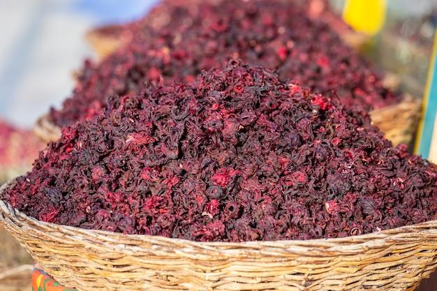 Les feuilles de thé karkade sec dans le panier en osier sur le marché de rue sharm el sheikh egypte