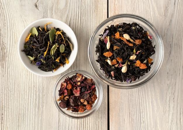 Feuilles de thé noir avec des morceaux de fruits secs