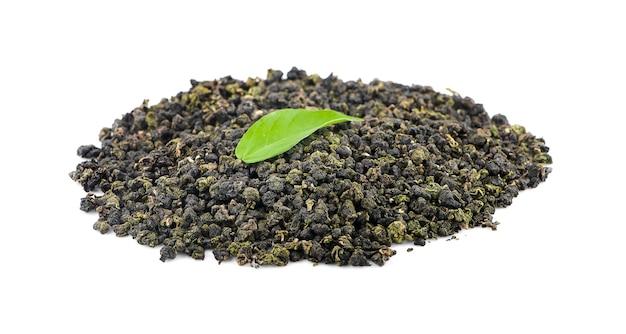 Feuilles de thé oolong sèches isolés sur blanc
