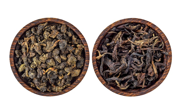 Feuilles de thé sec isolés sur fond blanc.