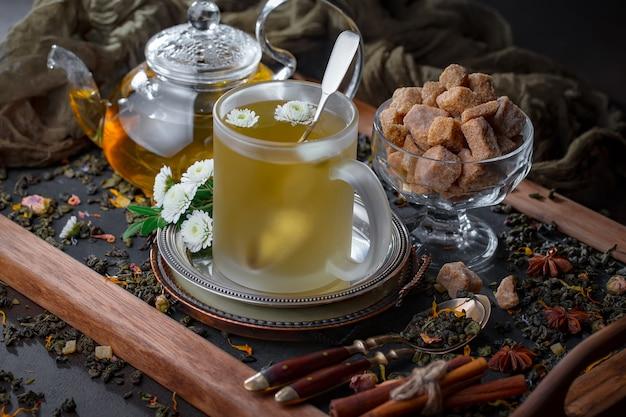 Feuilles de thé sec sur une table sur un fond ancien