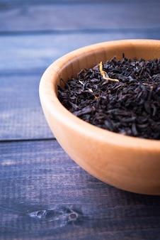 Feuilles de thé séchées dans un bol
