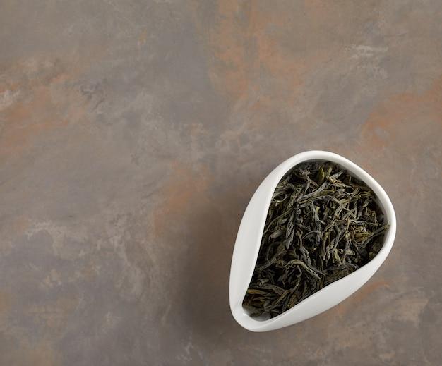 Feuilles de thé vert séchées