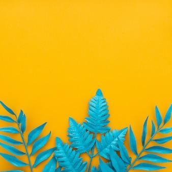 Feuilles tropicales exotiques sur jaune