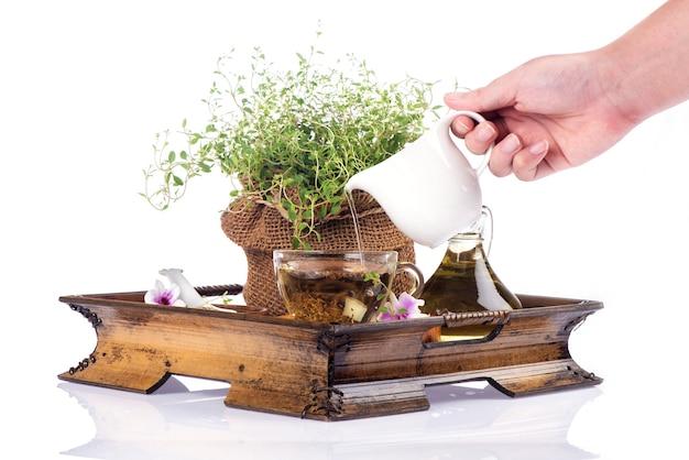Feuilles vertes de branche de thym et thé isolé sur fond blanc.