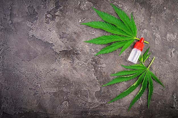 Feuilles vertes de cannabis avec de l'huile de chanvre. vue de dessus.