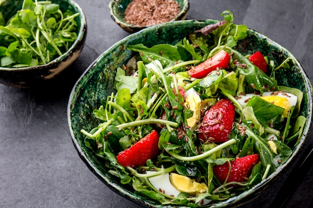 Feuilles vertes et salade de fraises aux graines de lin