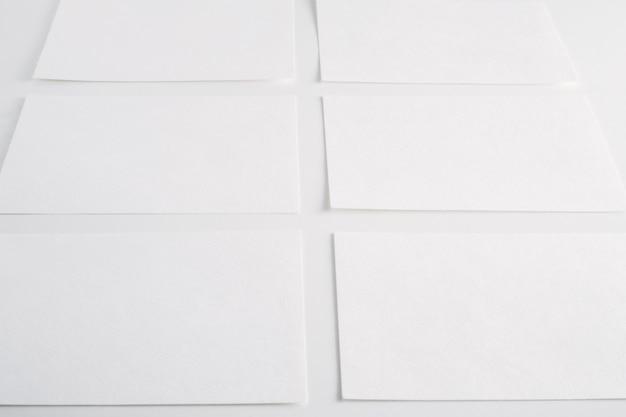 Feuilles vierges en papier blanc