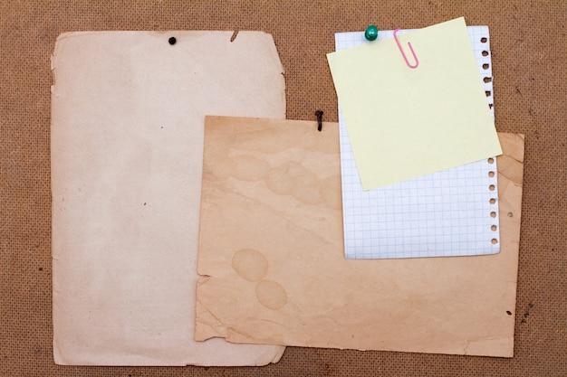 Feuilles de vieux papier.