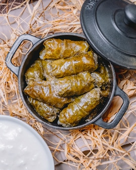 Feuilles de vigne dolma viande hachée feuilles de vigne épices dans la vue de dessus de casserole