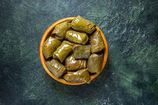 Feuilles de vigne farcies azerbaïdjanaises dolma dans un bol brun