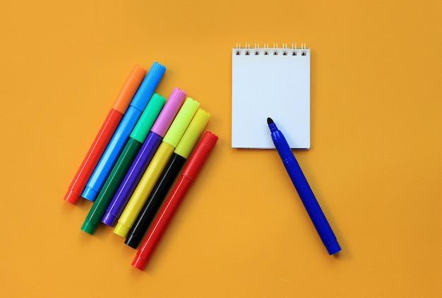 Feutres et bloc-notes vierges en jaune