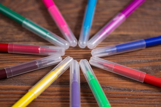 Feutres de couleur sur une table en bois, le concept de créativité concept de créativité rustique