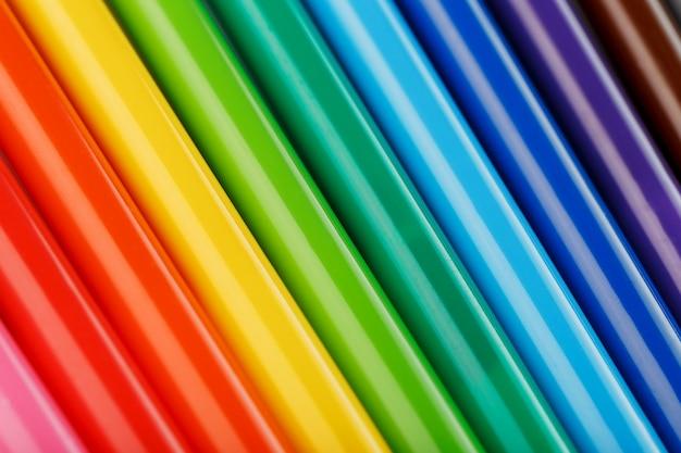 Feutres multicolores, marqueurs sur blanc isolé