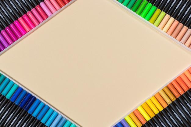 Feutres pour dessiner sur fond beige.