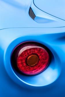 Feux arrière d'une voiture bleue