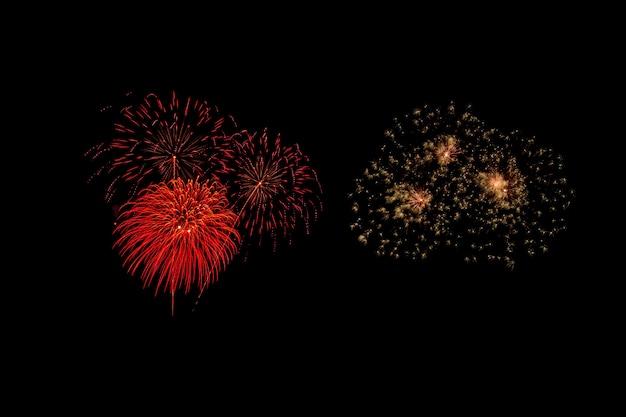 Des feux d'artifice abstraits éclairent le ciel sombre