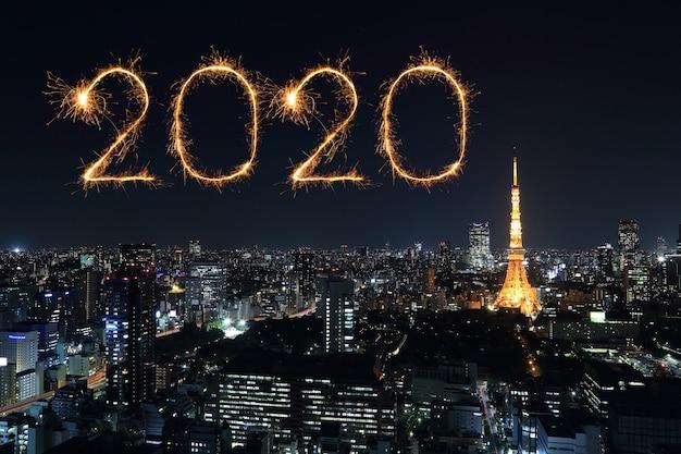 Feux d'artifice de bonne année 2020 sur le paysage urbain de tokyo la nuit, japon