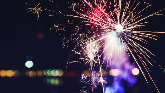 Feux d'artifice de célébration du nouvel an. feux d'artifice colorés abstraits, fond de nouvel an festif avec feux d'artifice