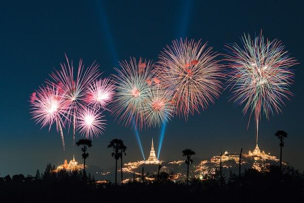 Les feux d'artifice colorés au temple kao wang à petchaburi, thaïlande