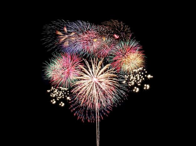 Feux d'artifice colorés sur fond noir, festival de feux d'artifice dans le concept de nouvel an
