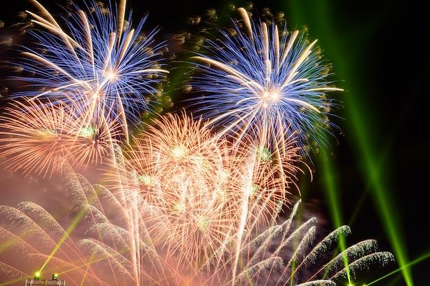 Des feux d'artifice colorés la nuit éclairent le ciel avec un affichage éblouissant.