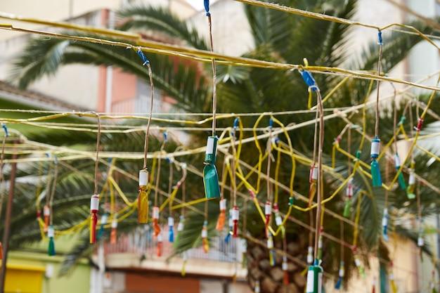 Feux d'artifice dans un festival populaire des fallas à valencia en espagne