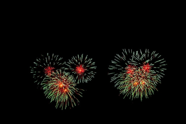 Des feux d'artifice illuminent le ciel avec un écran éblouissant
