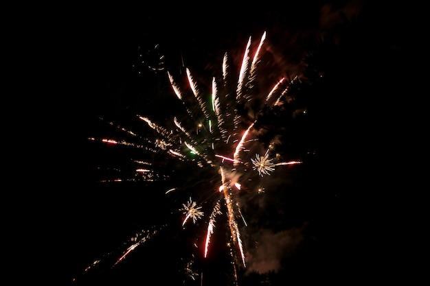 Feux d'artifice multicolores contre le ciel sombre. feu d'artifice en l'honneur des vacances , nouvel an , noël 2017. beau grand feu d'artifice dans le ciel nocturne