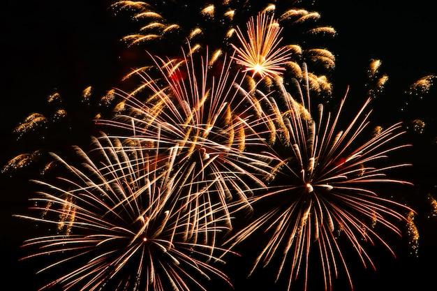 Feux d'artifice multicolores lumineux lors d'une nuit de fête. explosions de feu coloré dans le ciel.