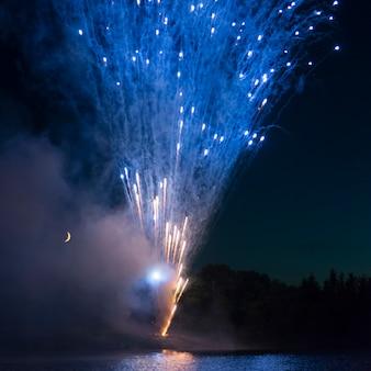 Feux d'artifice la nuit du canada, kenora, lac des bois, ontario, canada