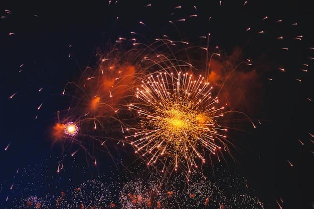 Feux d'artifice de vacances avec étincelles, étoiles colorées et nébuleuse lumineuse sur l'univers du ciel nocturne noir, comètes. feux d'artifice colorés de beauté incroyable sur la célébration, montrant sur la ville. célébrer les arrière-plans
