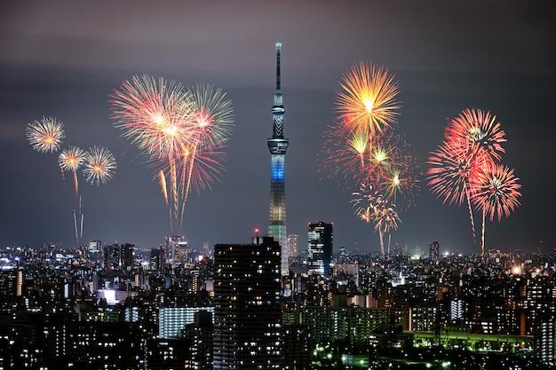 Feux d'artifice sur la ville de tokyo dans la nuit, japon