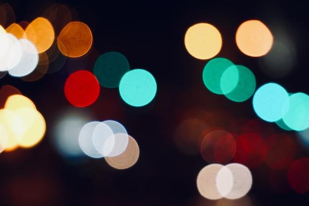 Feux de bokeg colorés dans la rue dans la ville pendant la nuit