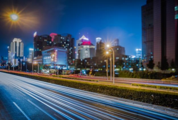 Feux de circulation flou sur la route