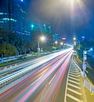 Feux de circulation flous sur la route la nuit