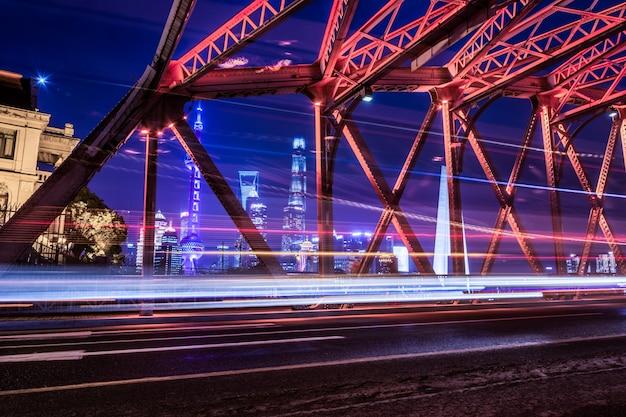 Les feux de la nuit se trouvent à l'intérieur du garden bridge de la chine shanghai.