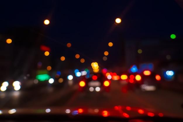 Feux de voitures sur la route arrière-plan flou